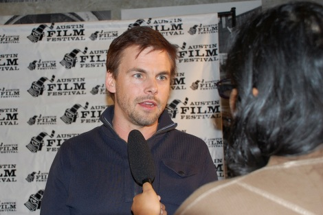 """Casual"" actor Tommy Dewey speaks with Shuffle Online's TV & Film editor Kimberley Carmona at the red carpet premiere on Thursday, Oct. 29 at the State Theater. / Photo by ChinLin Pan"